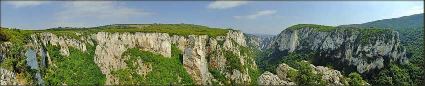 Лазарев кањон, на споју Микуљског и главног крака, гледан са видиковца на Стрњаку