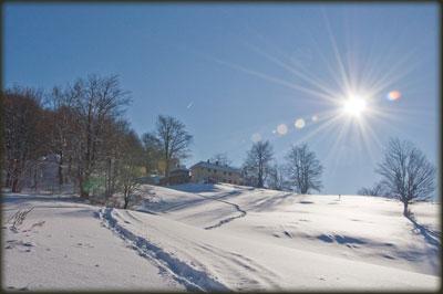 Manastir pod Mikuljem jednog sunčanog zimskog jutra