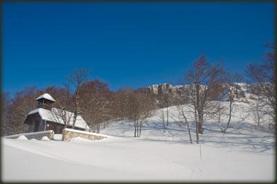 Manastirska crkva i Mikulj u pozadini u predivno jutro