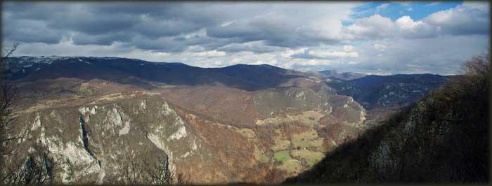 Kanjon Resave posmatran sa vrha Vite Bukve, u neposrednoj blizini Pejkove pećine