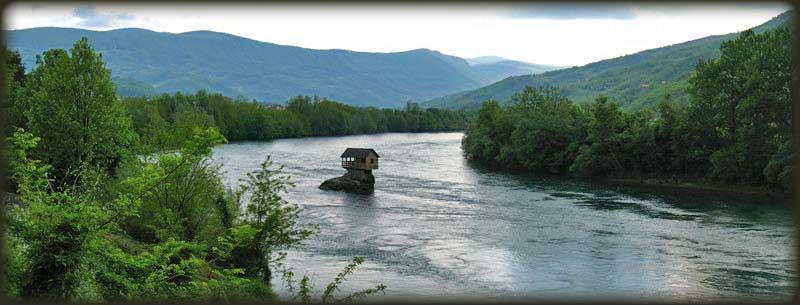 Kućica usred Drine