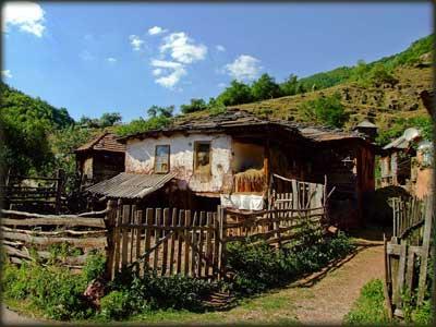 Tipična toplodolska kuća sa krovom pokrivenim kamenim pločama