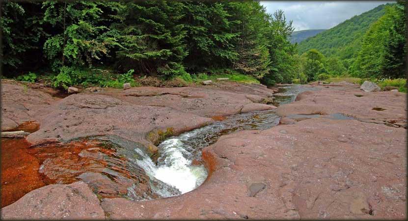 Izvajano crveno korito Dojkinačke reke u Arbinju
