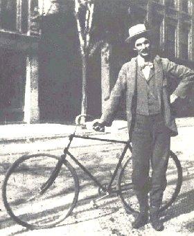 """""""Najlepše stvari na svetu su one sa  kojih je eliminisan sav višak težine.""""          Henri Ford           (stoji pored svog bicikla, godine 1893.)"""