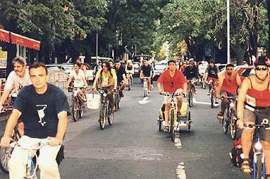 Kritična masa na ulicama Beograda (M)