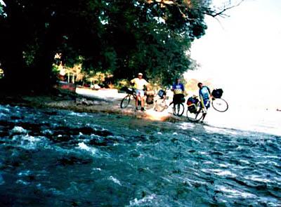 Čista voda ulivala se u Ohridsko jezero i u naša grla... Pili smo tu vodu uz doručak, a ja sam poneo i za usput.