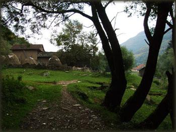 Na samom izlazu iz sela počinje staza koja vodi uzbrdo, ka Ponoru