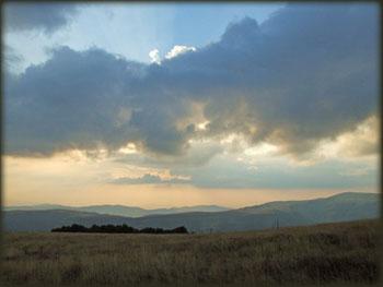 Iza susednog grebena nalazi se Zavojsko jezero