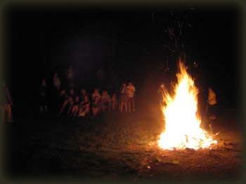 Logorska vatra ispred planinarskog doma Duško Jovanović na Rajcu, bake i deke su pokazali da umeju itekako da se provode