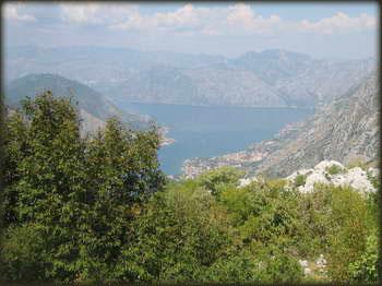 Gledao sam Kotor u podnožju izgleda tako blizu, a pored mene je stajao znak Kotor 20 km, to je bio najuzbudljiviji spust na koji sam naišao