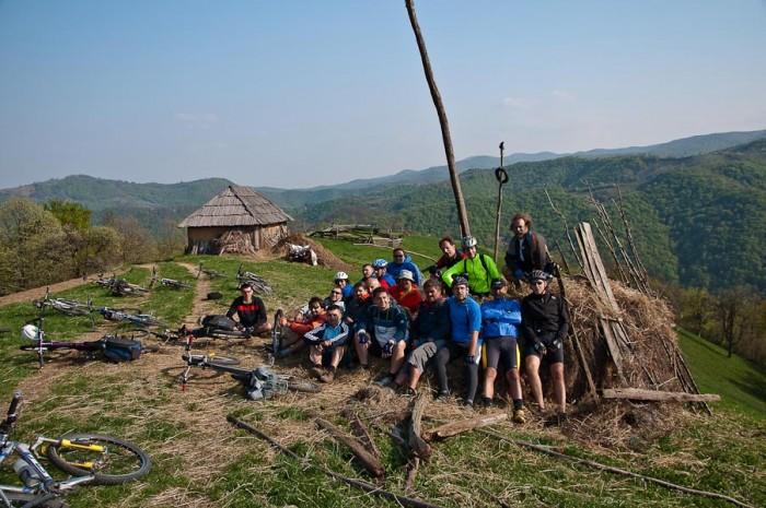 19-orica Freebikera pri spustu sa Šomrde